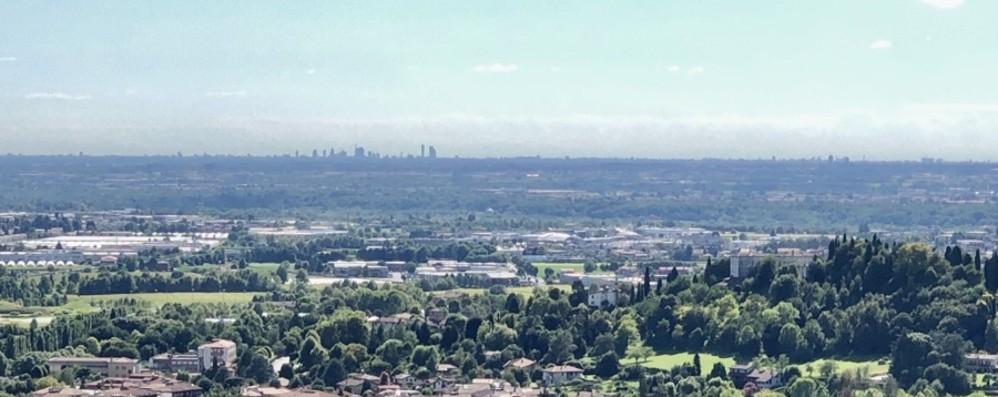 Città Alta, sole e cielo azzurro «Spuntano» i grattacieli di Milano