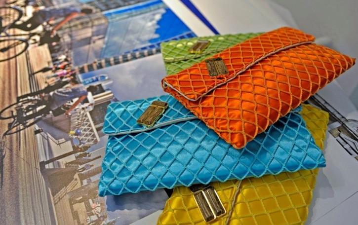 Con le reti del lago d'Iseo borse e pochette colorate