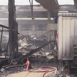 Costa di Mezzate, dopo il maxi rogo è crollata una parte del capannone
