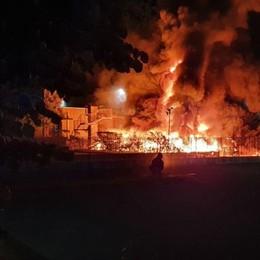 Costa di Mezzate, incendio nella notte Distrutta azienda di trasporti - Foto e video