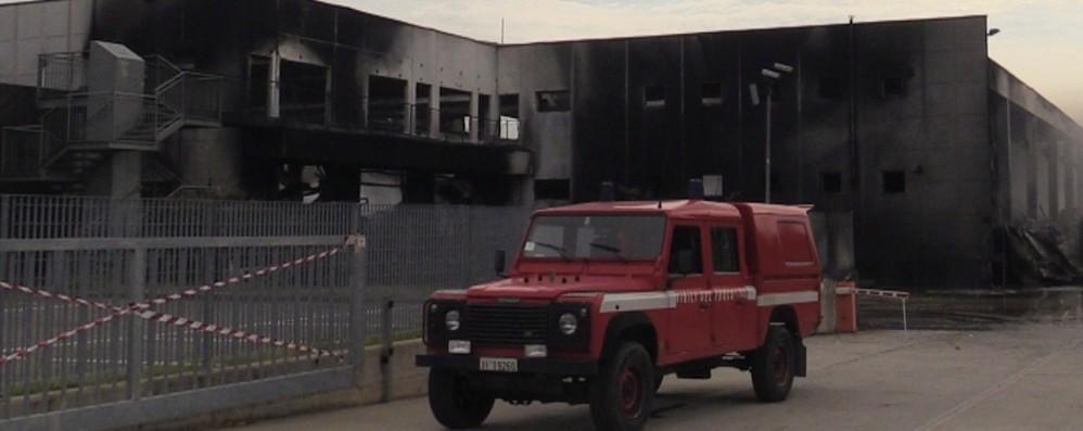 Costa di Mezzate: Vigili del fuoco sul posto Si teme il crollo del capannone incendiato