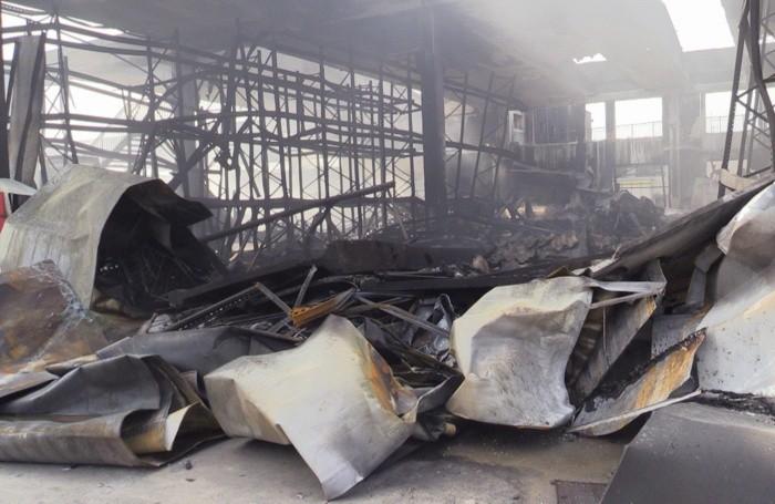 L'interno del capannone bruciato