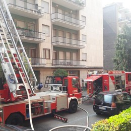 Incendio in un attico in via  Tridentina Bruciati 150 metri quadri di tetto - Video