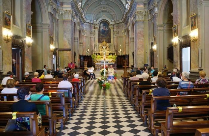 I fedeli nella chiesa parrocchiale di Verdellino