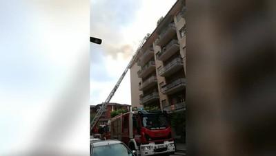 L'incendio di un tetto in via Tridentina