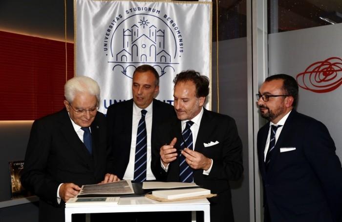 Il presidente della Repubblica guarda la lettera di Galileo scoperta a Londra
