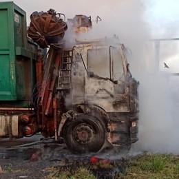 Villa d'Almè -  Dalmine, camion a fuoco Autista salvo, pompieri in azione - Le foto