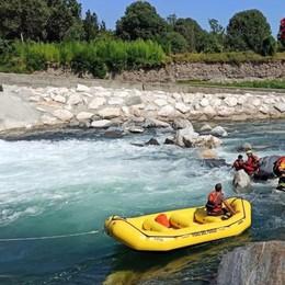 Bloccato su una roccia nel fiume Brembo Arrivano i pompieri, in salvo col gommone
