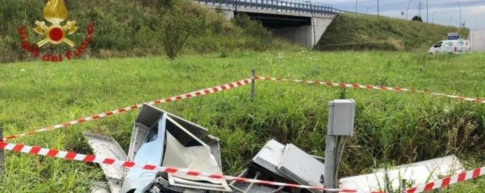 Fuori strada e contro una cabina elettrica Vigili del fuoco in azione a Stezzano - Foto