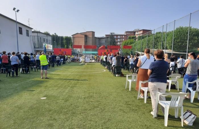 Centinaia di persone al funerale di Davide Monzani al campo sportivo dell'oratorio di Filago