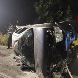 Onore, auto fuori controllo esce di strada Completamente distrutta, 5 giovani feriti