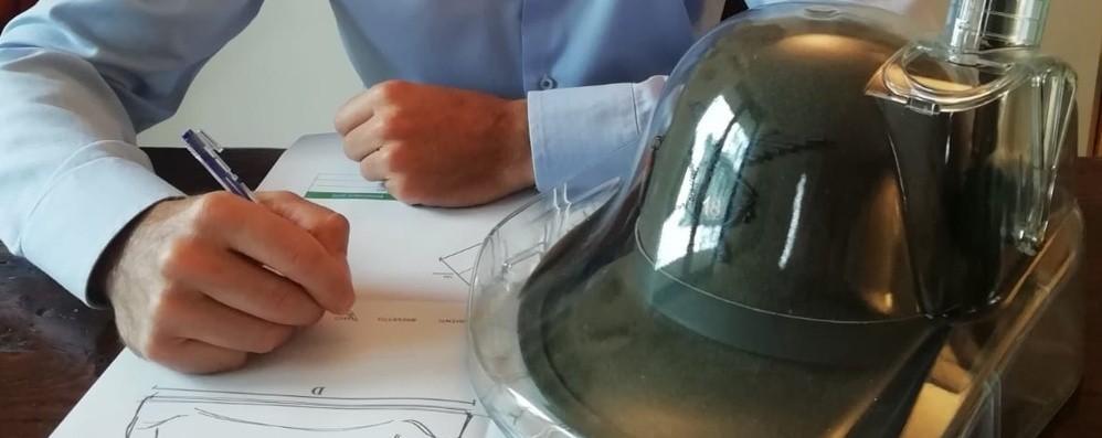 Pedrengo, l'alpino ingegnere inventa la custodia per il cappello