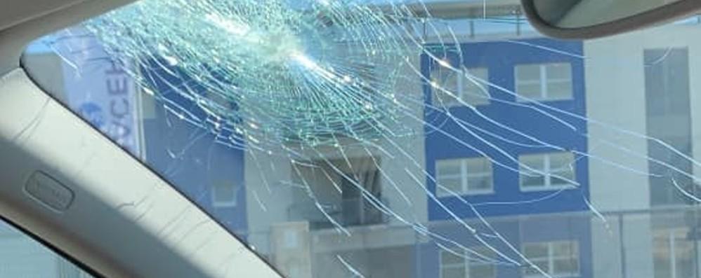 Sassi lanciati sulla superstrada: colpita l'auto di una coppia con bimbo di 3 mesi
