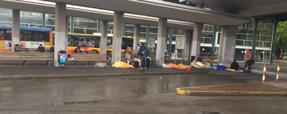 «Bivacco alle pensiline della stazione» Atb lancia l'allarme: problemi di sicurezza