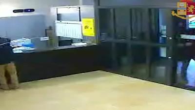 Il video della rapina in banca di via Partigiani a Bergamo
