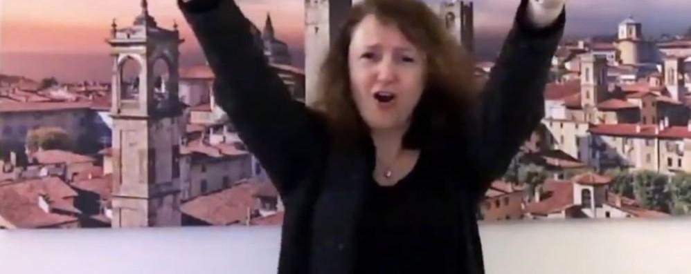 «Rinascerò, rinascerai», il video interpretata anche nella lingua dei segni