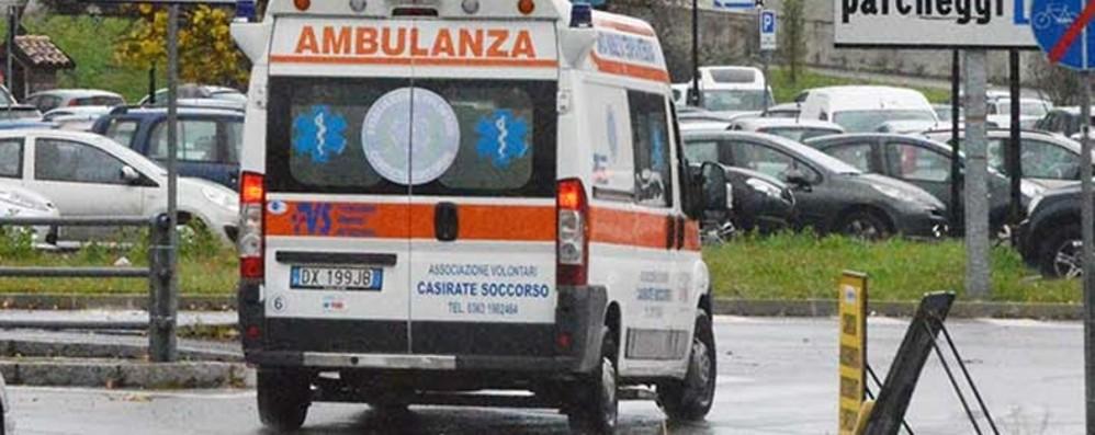Tira il freno a mano, ma l'auto va indietro Donna travolta: ferita 39enne a Treviglio