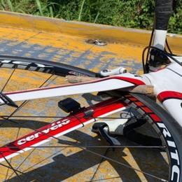 Dramma a Malpaga, morto un ciclista Caduto per un legnetto finito nella ruota