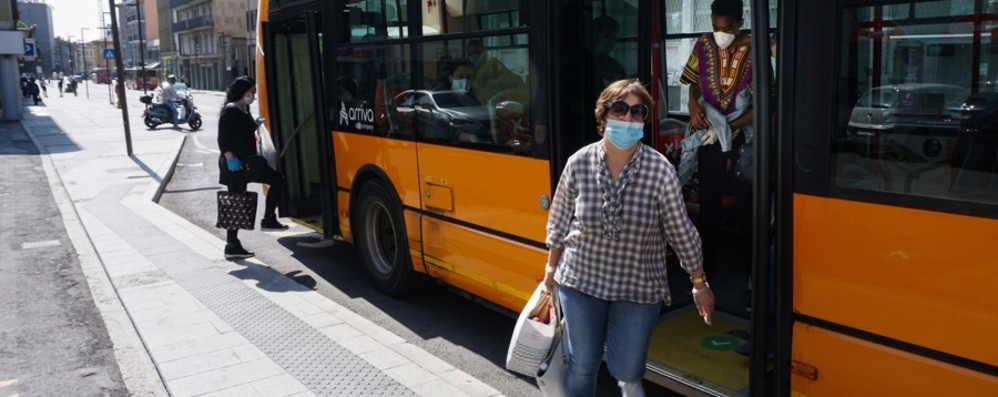 Mascherina all'aperto solo se manca la distanza  Lombardia: obbligo al chiuso e sui mezzi pubblici