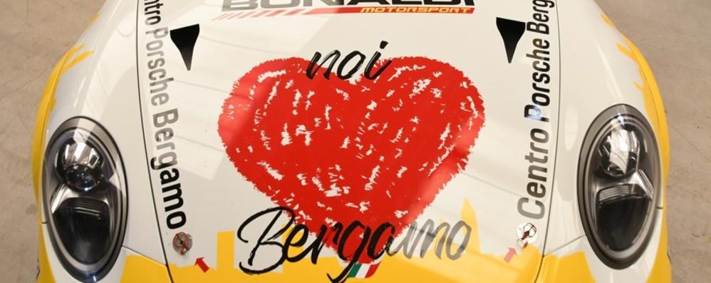 Sulla Porsche di Bonaldi la bandiera «Noi amiamo Bergamo» de «L'Eco»