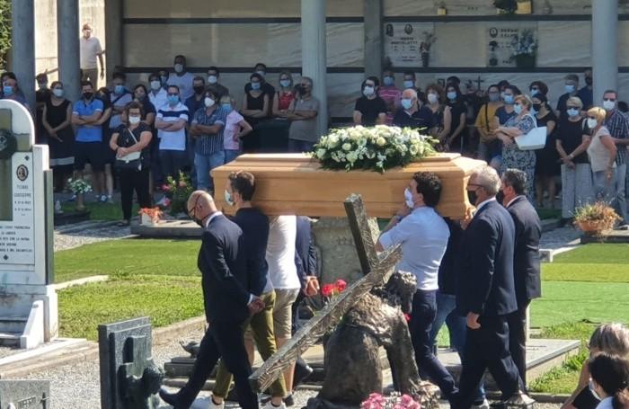 Il funerale celebrato al cimitero di Casnigo