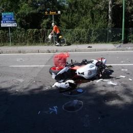 Lo schianto in moto e i soccorsi per strada Resta gravissima la 40enne di Scanzo