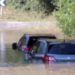 Lovere, si allaga il sottopasso - Foto Auto in panne bloccate dall'acqua
