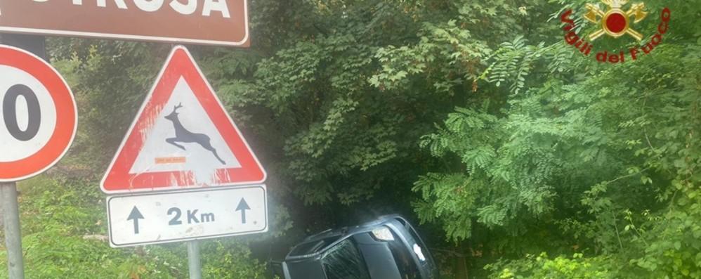 Perde il controllo dell'auto a Strozza Donna di 36 anni finisce in una scarpata