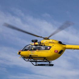 Precipita mentre lavora su una tettoia Soccorso con l'elicottero a Osio Sotto