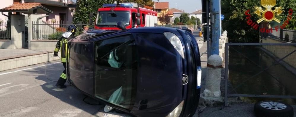 Romano, scontro tra due auto - Foto Una si ribalta, tre donne illese