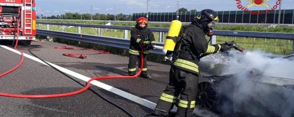 Brucia un'auto sulla Brebemi - Foto Vigili del fuoco in azione ad Antegnate