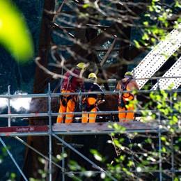 Ponte San Michele, rocciatori in azione Rush finale per la riapertura ai treni