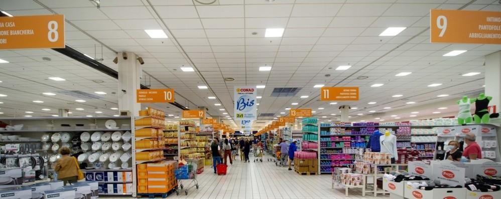 Via Carducci, l'ex Auchan cambia volto e diventa Conad