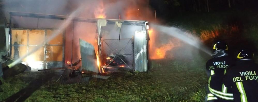 Ambivere, fiamme in un fienile nella notte L'intervento dei Vigili del fuoco- Foto/Video