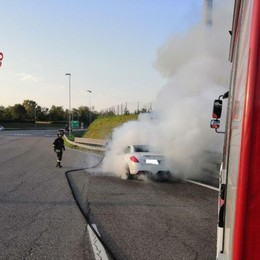 Auto in fiamme al casello dell'A4 Intervengono i Vigili del fuoco -Foto
