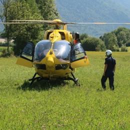 Cede il cric, schiacciato dall'auto in garage 55enne soccorso in elicottero a Rovetta
