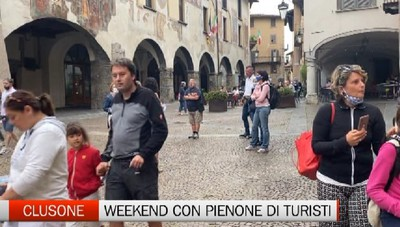 Clusone, una domenica nuvolosa con pienone di turisti