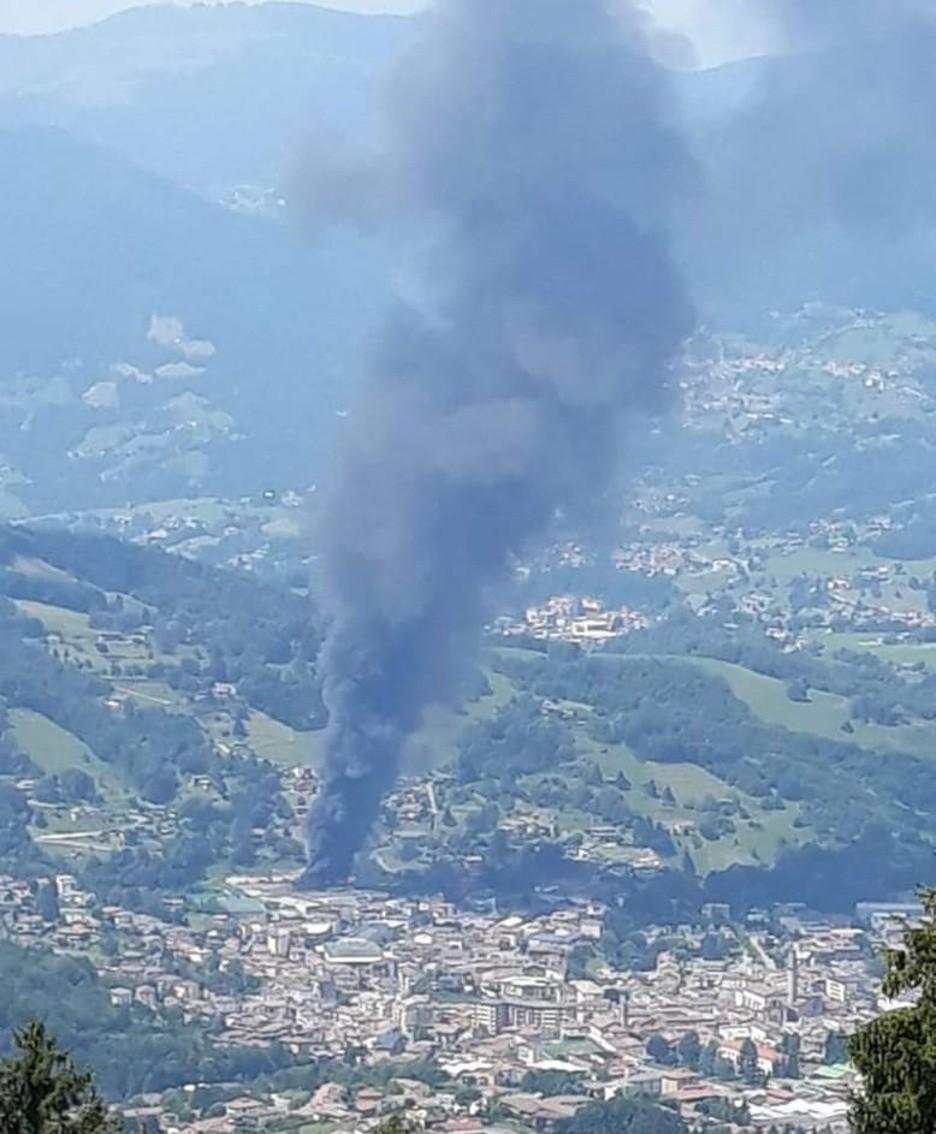 La colonna di fumo visibile in tutta la zona
