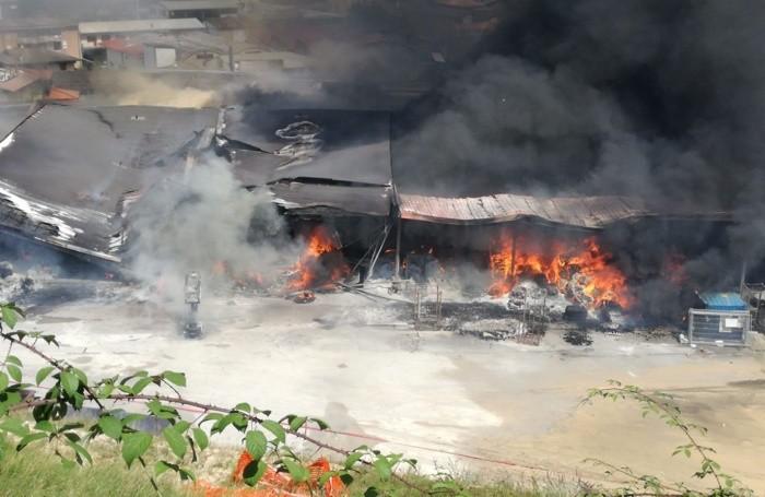 L'incendio ha distrutto un capannone