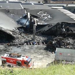 Il maxi rogo di Leffe, si contano i danni I pompieri hanno lavorato tutta la notte