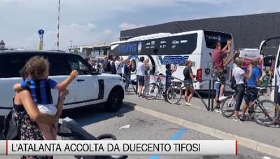 L'Atalanta accolta all'aeroporto di Orio dai tifosi