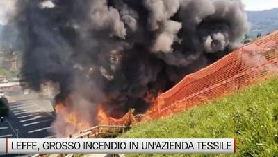 Leffe, grosso incendio in un'azienda tessile