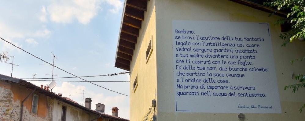 Poesie sulle facciate delle case -Foto «Per trasformare i muri in ponti»