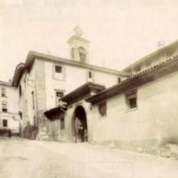 Salendo in via Sant'Alessandro dove il tempo si è (quasi) fermato