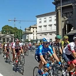 Al Giro di Lombardia succede di tutto A Bergamo un minuto di silenzio- Video