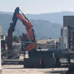 Capannone distrutto dal maxi incendio Costa di Mezzate, via alla demolizione