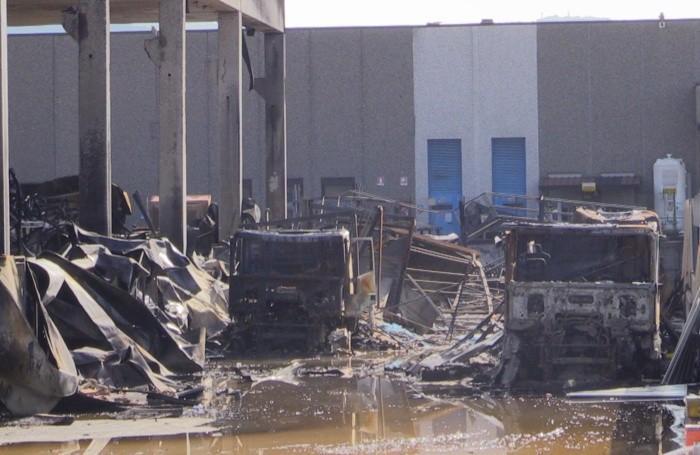 I veicoli distrutti dalle fiamme