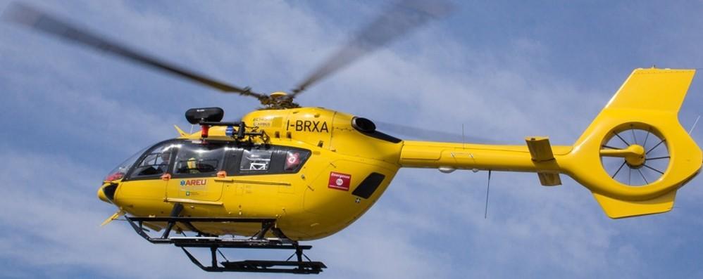 Colto da malore in piscina, è grave Soccorso con l'elicottero a Grumello