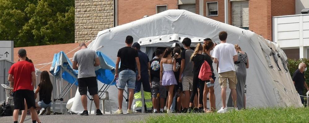 Effetto vacanzieri, salgono i contagi Per i test in campo anche Humanitas