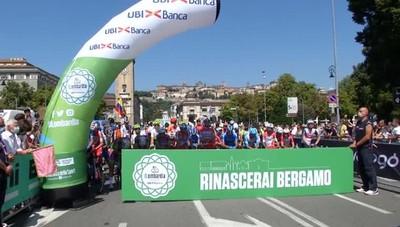 Il minuto di silenzio al Giro di Lombardia Per commemorare le vittime del covid-19